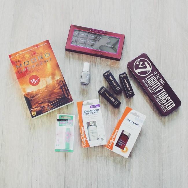 Nieuwe spullen om te testen voor de site ☺️ En een nieuw boek wat ik niet kon laten liggen #makeup #blogger #book #nailpolish #eyeshadow #lipstick
